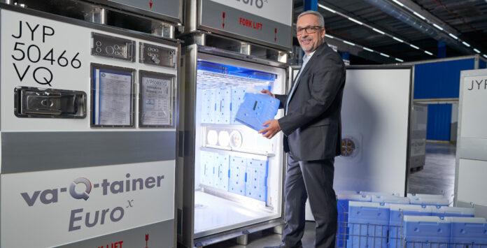 CFO Stefan Döhmen hält ein Isolierpanel für einen der Container von Va-Q-Tec in der Hand.