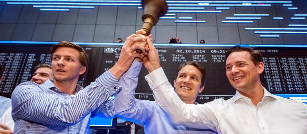 Damals war die Welt noch heil: Die Samwer-Führung um Gründer Oliver Samwer (Mitte) und CFO Peter Kimpel (rechts) letzten Herbst beim IPO in Frankfurt. Doch seit einem halben Jahr kennt die Rocket-Aktie nur eine Richtung – nach unten.