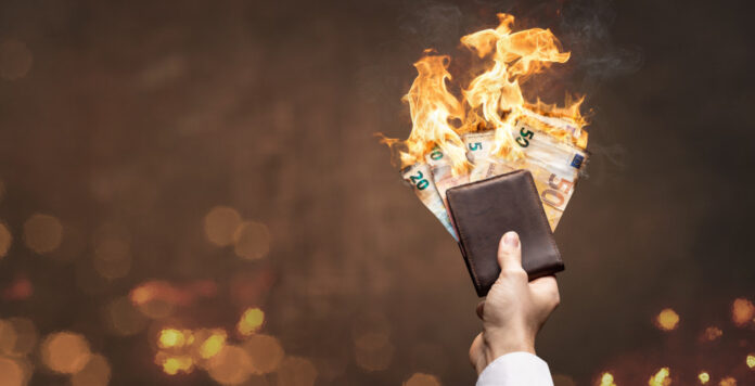 Burn, money, burn: Wegen Corona ist das Gehalt der Dax-CFOs im Durchschnitt deutlich zurückgegangen.