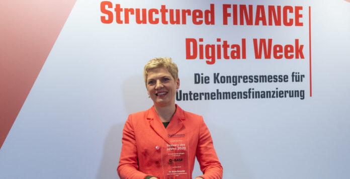 """Birka Benecke nahm stellvertretend für ihr Team die Auszeichnung """"Treasury des Jahres 2020"""" auf der Structured FINANCE Digital Week entgegen."""