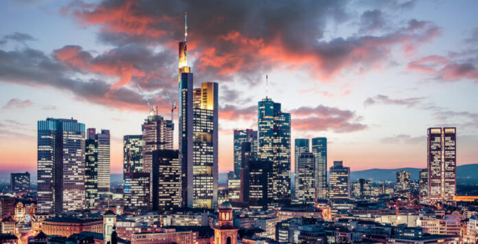 Aufatmen in Frankfurt: Wegen des Coronavirus bekommen die Banken ein Jahr mehr Zeit, um die neuen Regulierungsvorschriften umzusetzen.