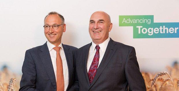 Bayer-Chef Werner Baumann (links) und Monsanto-CEO Hugh Grant sind sich einig geworden. Bayer kann den US-Saatkonzern für 66 Milliarden Dollar kaufen.