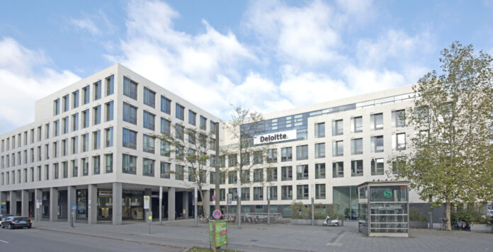 Deloitte kann seine Beliebtheit bei den BWL-Absolventen weiter steigern.