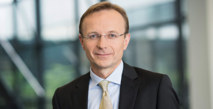 Christian Müller (Foto) ist der neue CFO der Carl-Zeiss-Gruppe. Er kommt von der Medizintechninktochter, die ebenfalls ein Eigengewächs befördert.