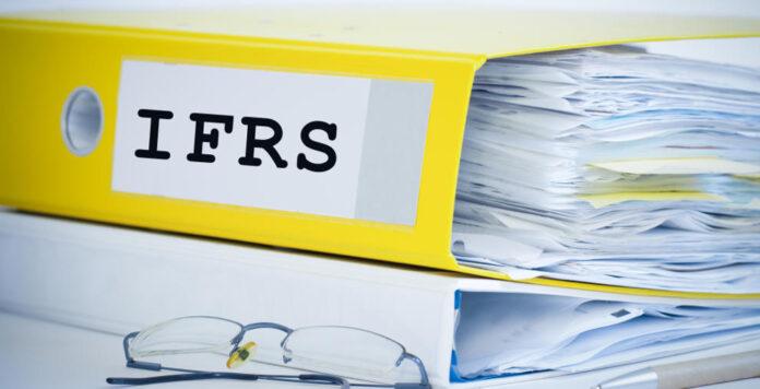 Die neuen IFRS-Regeln setzen vielen Unternehmen zu. Das weiß auch die Bilanzpolizei – und schaut bei der Rechnungslegung deshalb ganz genau hin.