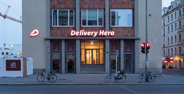 Delivery Hero hat einen erfolgreichen Börsenstart hingelegt. Der Essenslieferdienst platzierte seine Aktien zu einem Preis von 25,50 und damit am oberen Ende der Preisspanne. Der Börsenwert der Berliner liegt damit bei 4,4 Milliarden Euro.