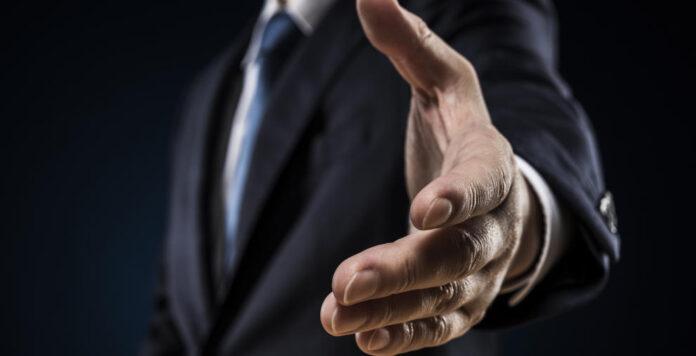 Hand drauf: Private-Equity-Investoren werden künftig besonders aktiv bei Distressed M&A sein, erwarten Experten.