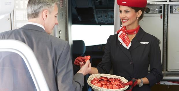Eine Flugbegleiterin von Air Berlin: Deutschlands zweitgrößte Airline will Interessenten wie Easyjet, Condor oder Ryanair ihre Assets schmackhaft machen.
