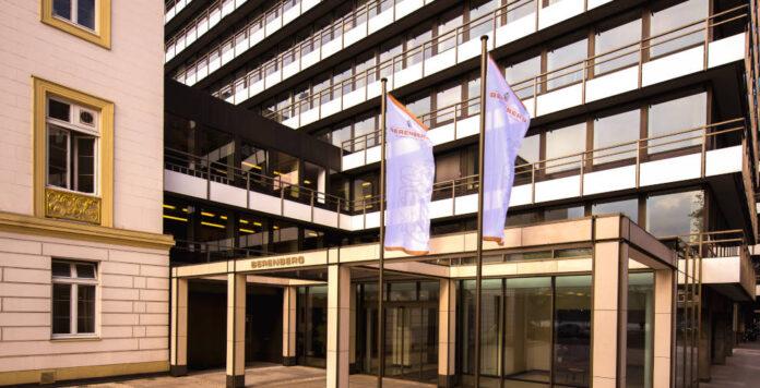 Ermittler des Hamburger Landeskriminalamtes haben zeitgleich Geschäftsräume der Berenberg Bank, sowie zwei Villen und Büros eines Immobilienunternehmers durchsucht. Es steht der Verdacht des Insiderhandels im Raum.