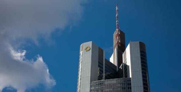 Die Commerzbank weitet ihre Strafzinsen für große Einlagen nun offenbar auch auf Mittelstandskunden aus. Rund 10.000 Unternehmen sind betroffen.
