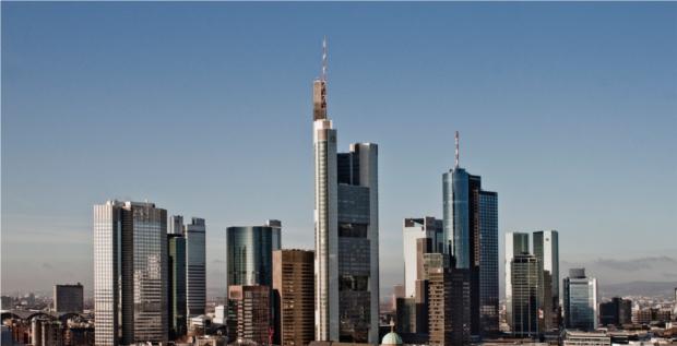 Auch deutsche Banken kämpfen mit unprofitablen Firmenkunden – im Blick die Frankfurter Skyline.