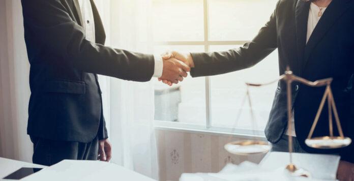Viel Geld, viel Arbeit: Eine aktuelle Analyse zeigt, wo junge Juristen die höchsten Einstiegsgehälter erzielen können – und was dafür von ihnen verlangt wird.