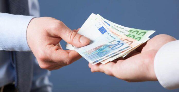 Wirtschaftsprüfer kommen auf ein Bruttofixgehalt von bis zu 120.000 Euro im Jahr. Hinzu kommen Boni von 30.000 Euro und mehr. Steuerberater liegen nicht ganz auf dem gleichen Niveau, bekommen dafür aber öfter Überstunden ausgezahlt.