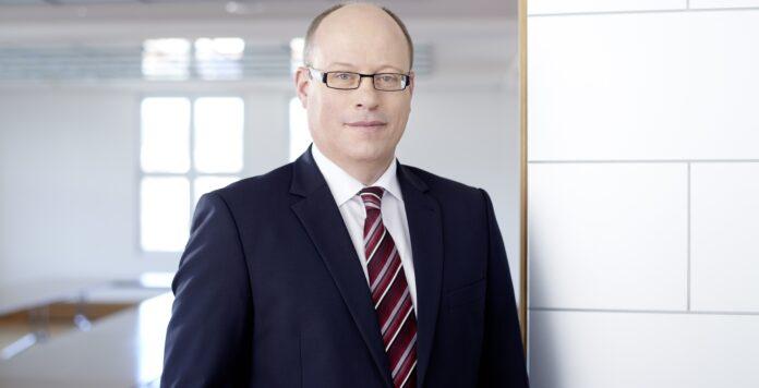 Jenoptik-CFO Hans-Dieter Schumacher setzt bei der Finanzierung auf Grün: Der Finanzchef hat erstmals einen ESG-linked Schuldschein abgeschlossen.