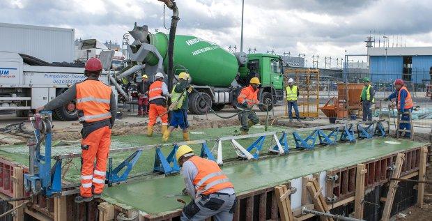 Der Baustoffkonzern HeidelbergCement macht sich an die Ablösung der Brückenfinanzierung für ihren großen M&A-Deal.