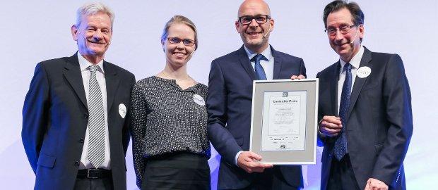 ICV-Vorsitzender Siegfried Gänßlen, Janina Arndt und Markus Winter (Elite Medianet) sowie Professor Jürgen Weber (Otto Beisheim School) bei der Preisverleihung in München.