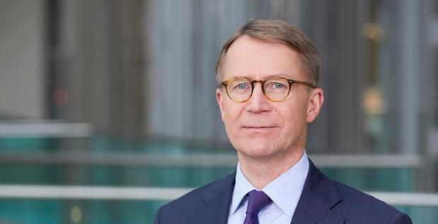 Der neue Lufthansa-CFO Ulrik Svensson (Foto) tritt erst nächstes Jahr an. Seine Vorgängerin, Simone Menne, hat die Airline aber schon verlassen. Der größte Schuldschein der Firmengeschichte wird damit formal ohne CFO begeben.