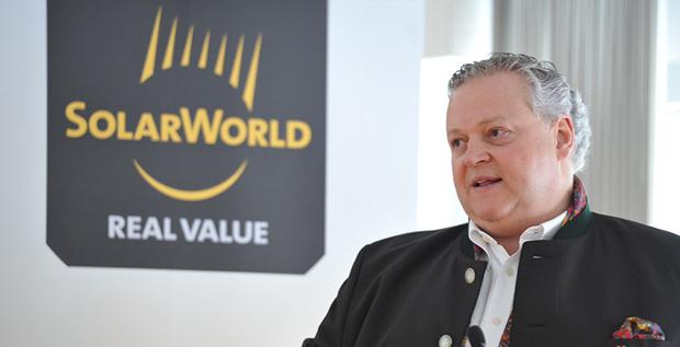 Der Solarworld-Gründer Frank Asbeck unternimmt einen letzten Versuch, sein Lebenswerk zu retten und kauft einen Teil des Geschäfts selbst.