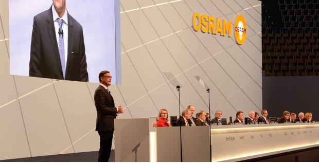 Osram-CEO Olaf Berlien auf der Hauptversammlung 2015: Der Konzern-Chef hat bereits 700.000 Euro auf seine als riskant geltende Strategie gesetzt.