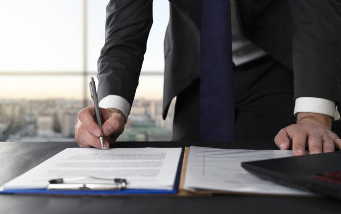 Unternehmen lassen sich oft von Ex-Vorständen beraten. Doch dabei machen einige Fehler, die den Beratervertrag zum Platzen bringen könnten.