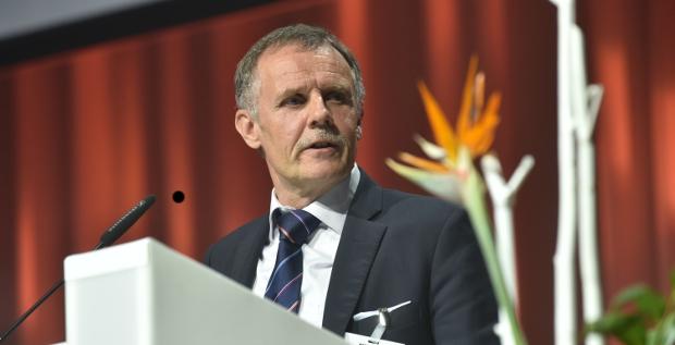 """Torsten Hinsche, Head of Corporate Finance und Treasury beim Windturbinenhersteller Nordex, erhält die Auszeichnung """"Treasury des Jahres 2016""""."""