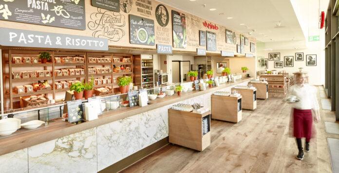 Die Restaurantkette Vapiano braucht dringend 30 Millionen Euro für eine Refinanzierung – doch die Gespräche mit den Geldgebern dauern an.