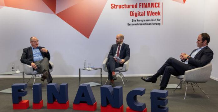 Illustre Runde auf der Structured FINANCE Digital Week: Ex-Bundesfinanzminister Peer Steinbrück (links) und Carsten Brzeski, ING-Chefvolkswirt für die Eurozone (rechts), im Gespräch mit F.A.Z.-Business-Media-Geschäftsbereichsleiter Armin Häberle (Mitte).