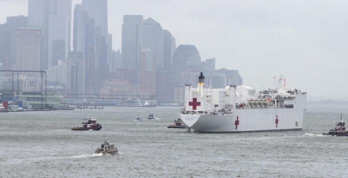 Bilder, die um die Welt gingen: Das Lazarettschiff fährt aus New York ab.