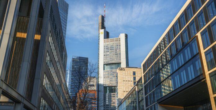 Die Commerzbank muss die erst im Februar entlassene Wirecard-Analystin Heike Pauls wieder einstellen.