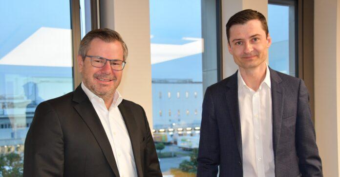 Daniel Nottbrock (links) übergibt die Tönnies-Finanzen an Carl Bürger. Foto: Tönnies